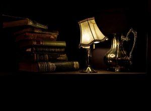 Leselampe und Bücher
